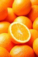 一面のオレンジとオレンジの断面