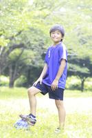 サッカーボールで遊ぶ小学生の男の子