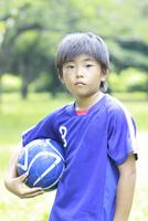 サッカーボールを持つ小学生の男の子