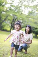 新緑の公園で走る女の子