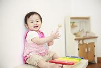 木琴で遊ぶ女の赤ちゃん