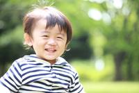 公園で遊ぶ笑顔の男の子