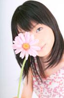 花を持つ女性 11014000005| 写真素材・ストックフォト・画像・イラスト素材|アマナイメージズ