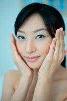 スキンケアをする女性 11014000251| 写真素材・ストックフォト・画像・イラスト素材|アマナイメージズ