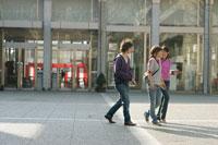 キャンパスを歩く男女 11014002433| 写真素材・ストックフォト・画像・イラスト素材|アマナイメージズ