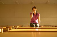 教室で携帯電話を持つ女性