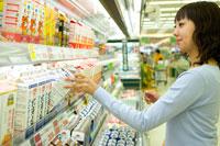 食料品売り場で買い物をする女性