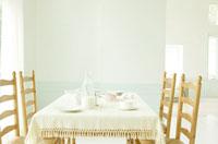 テーブルとイスと牛乳