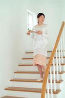 階段を下りる女性