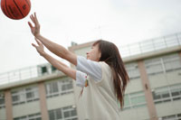 バスケットをする高校生