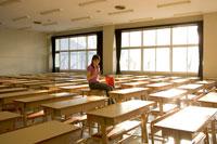 教室で携帯メールする女性