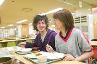 学生食堂でランチする2人