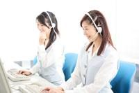 コールセンターで応対する女性2人