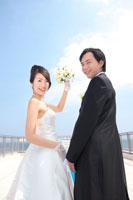 笑顔の新郎新婦 11014003690| 写真素材・ストックフォト・画像・イラスト素材|アマナイメージズ