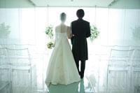 結婚式の新郎新婦の背中