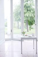 白いテーブルと白い部屋