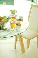 ガラスのテーブルと午後の紅茶