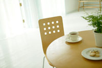 丸テーブルにコーヒー