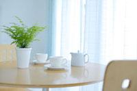 丸テーブルにコーヒーカップ