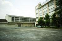 体育館と校舎と校庭