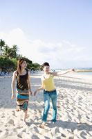 ビーチを歩くふたりの女性