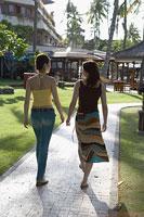 ホテル内を歩くふたりの女性