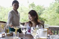 テラスで食事をする女性