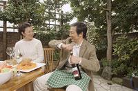 ワインの栓を抜く中年男性