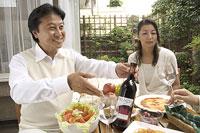 ワインを勧める中年男性