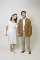 手を取る50代の夫婦