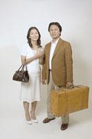 鞄を持つ50代の夫婦