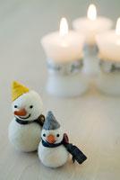 雪だるま人形とキャンドル