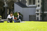 キャンパスの芝生に座る女性2人 11014004880| 写真素材・ストックフォト・画像・イラスト素材|アマナイメージズ