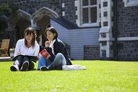 キャンパスの芝生に座る女性2人 11014004881| 写真素材・ストックフォト・画像・イラスト素材|アマナイメージズ