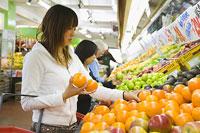スーパーで買物をする女性2人
