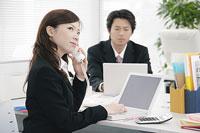 電話の応答を待つ女性 11014005128| 写真素材・ストックフォト・画像・イラスト素材|アマナイメージズ