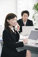 デスクで電話する女性 11014005130| 写真素材・ストックフォト・画像・イラスト素材|アマナイメージズ