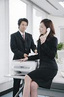 電話をする女性 11014005137| 写真素材・ストックフォト・画像・イラスト素材|アマナイメージズ