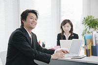 デスクで仕事をする男性 11014005153| 写真素材・ストックフォト・画像・イラスト素材|アマナイメージズ