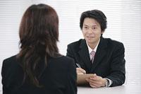 面接で女性の話を聞く男性 11014005195| 写真素材・ストックフォト・画像・イラスト素材|アマナイメージズ