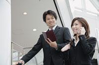 携帯電話で話す女性と男性 11014005214| 写真素材・ストックフォト・画像・イラスト素材|アマナイメージズ