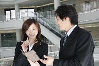 手帳を見ながら会話をする男性と女性 11014005219| 写真素材・ストックフォト・画像・イラスト素材|アマナイメージズ