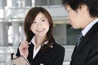 手帳を見ながら会話をする男性と女性 11014005220| 写真素材・ストックフォト・画像・イラスト素材|アマナイメージズ