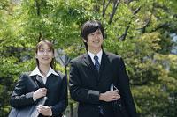 スーツ姿の若い男性と女性