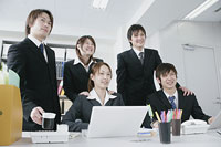 オフィスで仕事をする若い男女5人