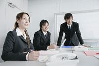 オフィスで仕事をする若い男女3人