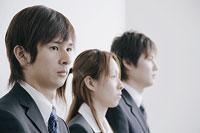 面接を待つスーツ姿の若い男女3人