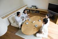 居間で会話をする家族