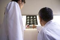 レントゲン写真について相談する二人の医師