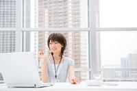 パソコンの画面を見る女性